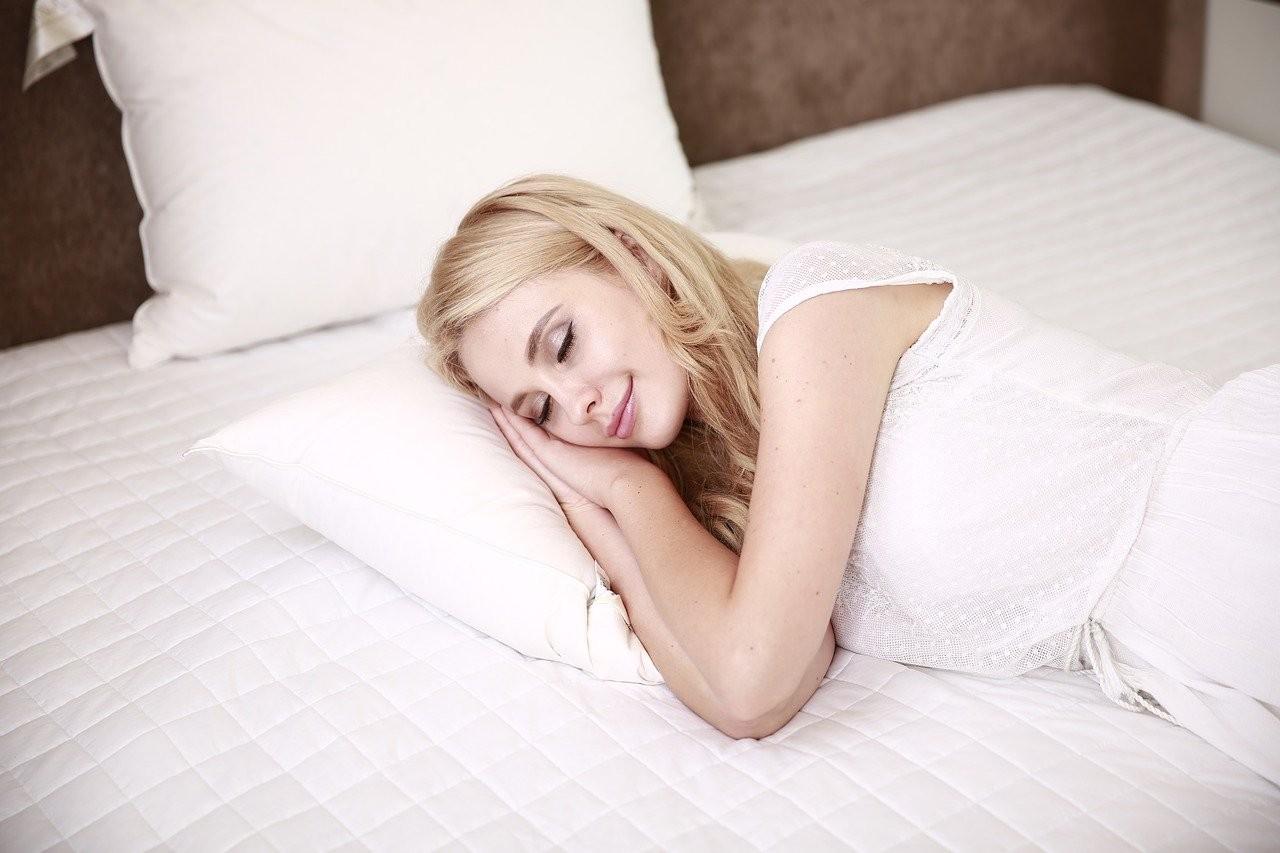BILD---Schlaf---junge-Frau-schlft
